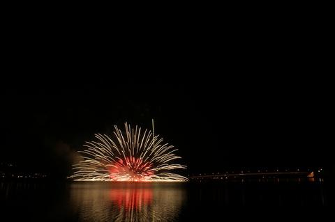 河口湖 冬花火・湖上の舞